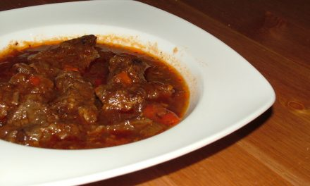 Carne guisada en salsa de tomate